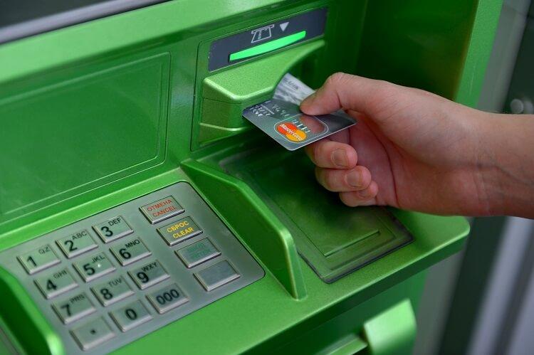 Как вставить карту в банкомат Сбербанка