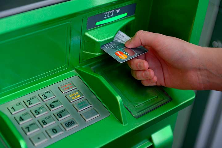 Карту в банкомат Сбербанка необходимо вставлять правильной стороной