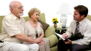 Сотрудник оформляет заявку пенсионеров на кредит
