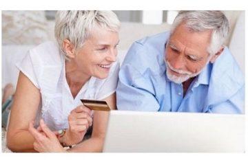 Пожилые люди с банковской картой
