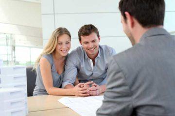 Пара собирается заключить договор кредитования