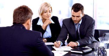 Люди обсуждают детали тарифных планов кредитования