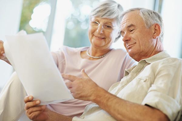 Пожилые люди читают кредитный договор